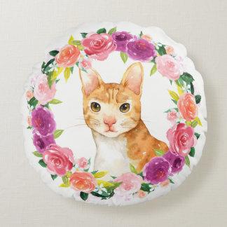Chat tigré orange avec le coussin floral de