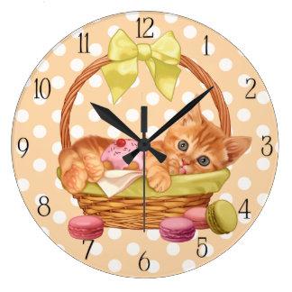 Chaton de macaron et de petit gâteau grande horloge ronde