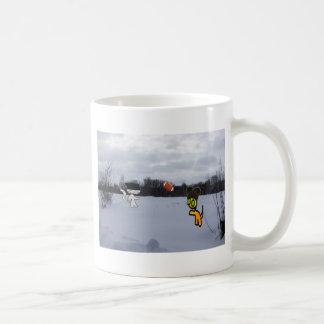 Chats avec le football de jeu de casquettes dans mug