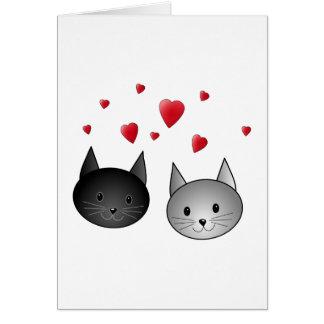 Chats noirs et gris mignons, avec des coeurs carte de vœux