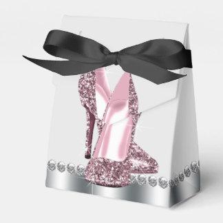 Chaussure rose élégante de talon haut de boites de faveur