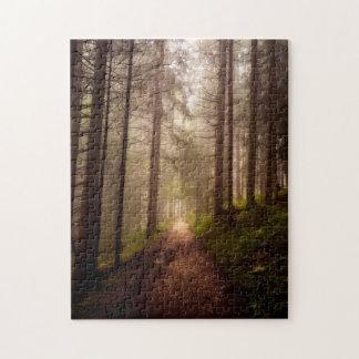 Chemin brumeux de région boisée puzzle