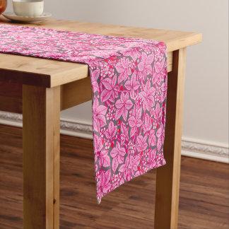 Chemin De Table Court Fraises et feuille de Nouveau d'art, rose et gris