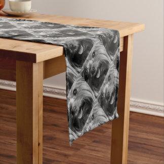 Chemin De Table Court Un terrier de Yorkshire noir et blanc