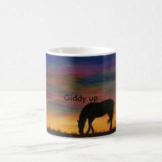 Cheval à la tasse de café de lever de soleil