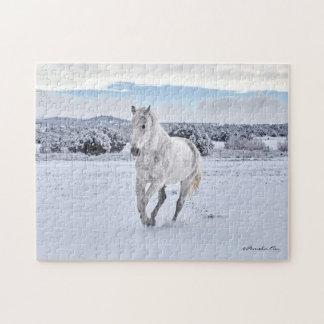 Cheval blanc dans le puzzle de neige