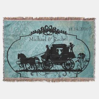 Cheval vintage bleu de jeunes mariés et jet avec couvre pied de lit