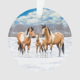 Chevaux de peinture de peau de daim dans la neige
