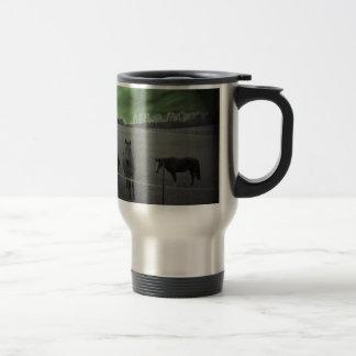 Chevaux noirs et blancs avec le vert mug de voyage