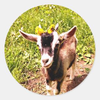 Chèvre adorable de bébé avec la feuille de fleurs sticker rond