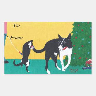 Chien de chat d'amusement jouant l'arbre de Noël à Sticker Rectangulaire