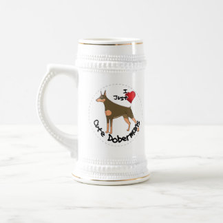 Chien drôle et mignon adorable heureux de chope à bière