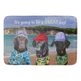 Chiens drôles sur le tapis de bain de plage