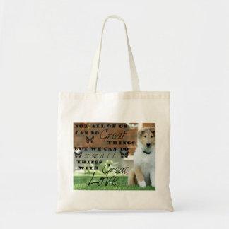 Chiot fourre-tout de chien de colley avec la tote bag