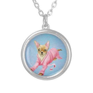 Chiwawa dans collier rond de chien de peignoir un