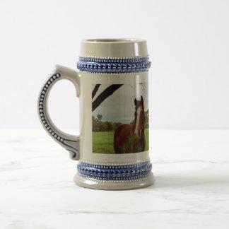 Chope À Bière Cheval de châtaigne reniflant un arbre de Banksia,