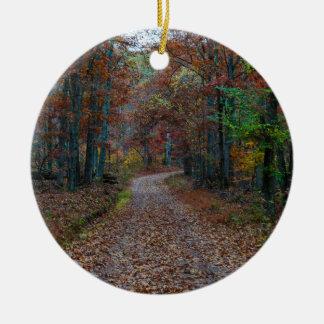 Chute sur le chemin de terre ornement rond en céramique