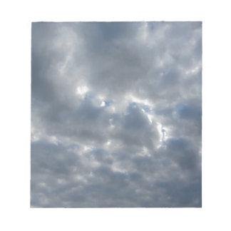 Ciel chaud avec des cumulonimbus de géants au blocs notes
