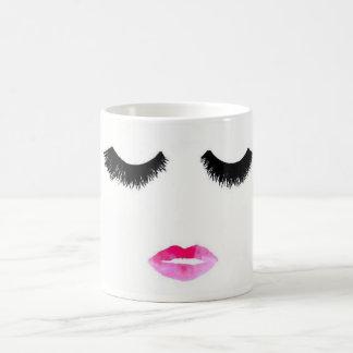 Cils et tasse de café de rouge à lèvres