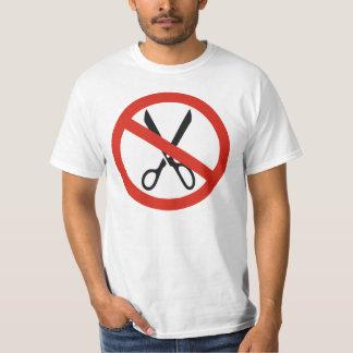 Ciseaux de coupes ne s'arrête pas autour du t-shirt