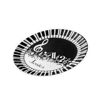 Clés circulaires de piano et notes brouillées de assiette en porcelaine
