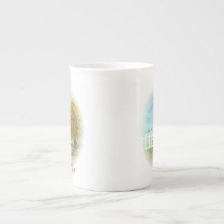 Clôture et arbre d'automne avec l'aquarelle mug