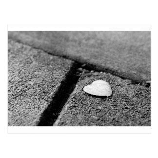 Coeur argenté sur le trottoir cartes postales