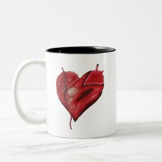 Coeur de tatouage sur la tasse avec l'intérieur