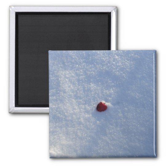 Coeur rouge dans la neige magnet carré