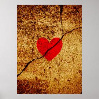Coeur rouge de valentine sur un mur criqué poster