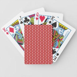 Coeurs blancs sur les cartes de jeu rouges d'arriè jeux de cartes