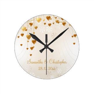 Coeurs et flocons de neige d'or épousant le horloge ronde