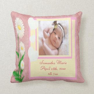 Coeurs et souvenir de photo de bébé de marguerites oreiller