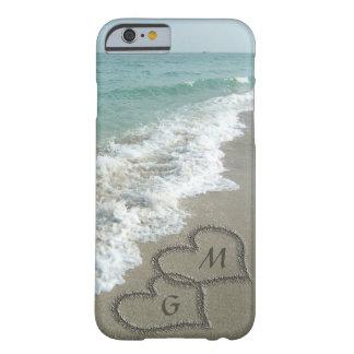 Coeurs personnalisés de sable sur la plage coque barely there iPhone 6