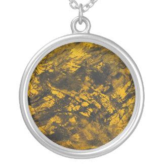 Collier À l'encre noire sur l'arrière - plan jaune