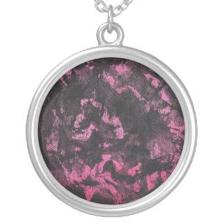 Collier À l'encre noire sur l'arrière - plan rose