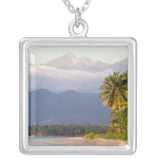 Collier Arrangement de Sun sur le volcan avec la plage