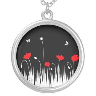 Collier Arrière - plan noir de pavots rouges