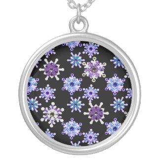 Collier Bleu et flocons de neige de scintillement pourpres