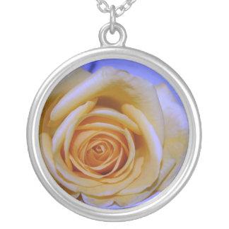 Collier Bleu jaunâtre simple de rose teinté