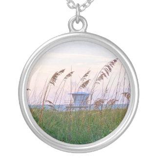 Collier Cabane de maître nageur sur l'image de plage de la