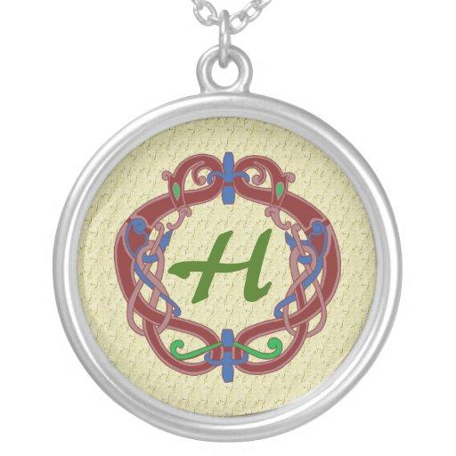 Collier celtique de conception d'initiales décorée