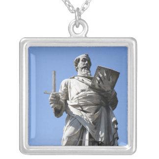 Collier Cette statue de Saint Paul se trouve sur le