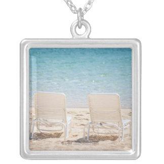 Collier Chaises de plate-forme sur la plage sablonneuse