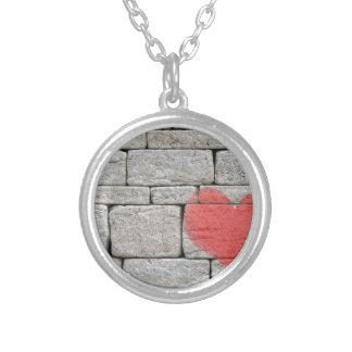 Collier Coeur rouge de graffiti sur le mur en pierre
