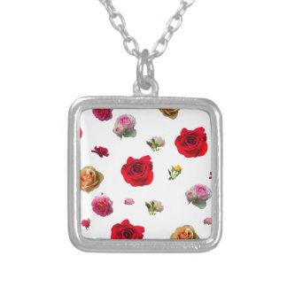 Collier collage de roses sur l'arrière - plan blanc
