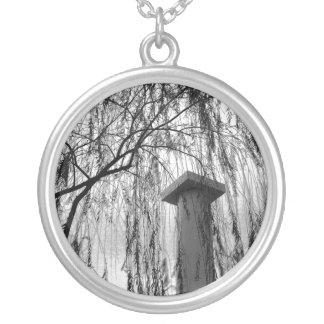 Collier Colonne sous l'image noire et blanche pleurante