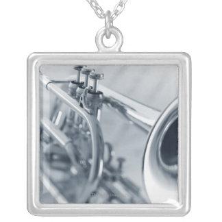 Collier Cornet sur des feuilles de musique