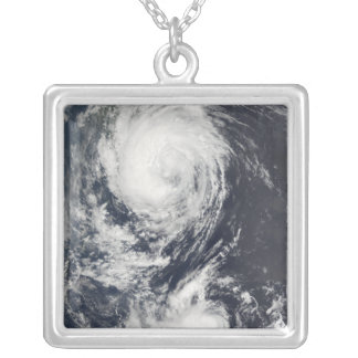 Collier Deux systèmes d'ouragan approchant l'Extrême