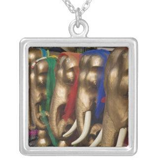 Collier Éléphants d'or décorés de coloré